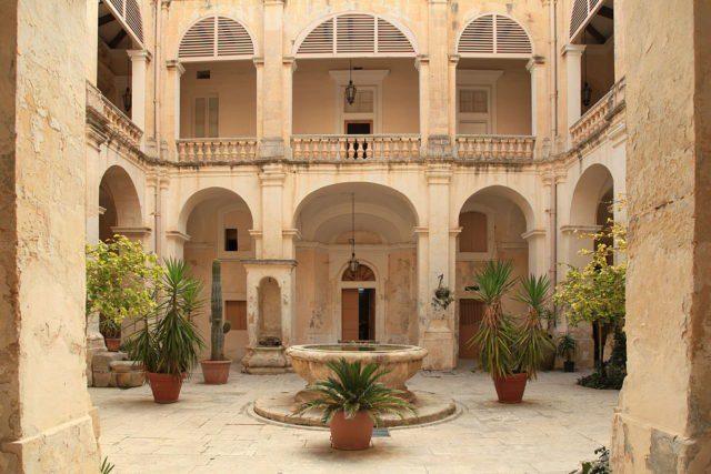 Kunsill, town hall in the Vilhena-Palace, Misraħ il-Kunsill in Mdina, Malta. It's one of the halls used in filming. Frank Vincentz CC BY-SA 3.0