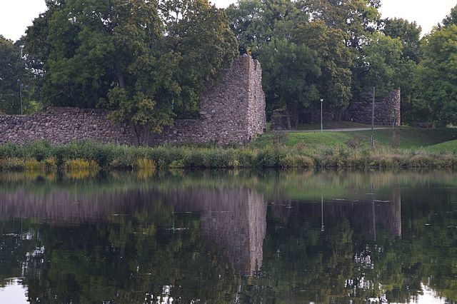 The reflection of the ruins in the lake waters/ Author: Ivo Kruusamägi – CC BY-SA 4.0