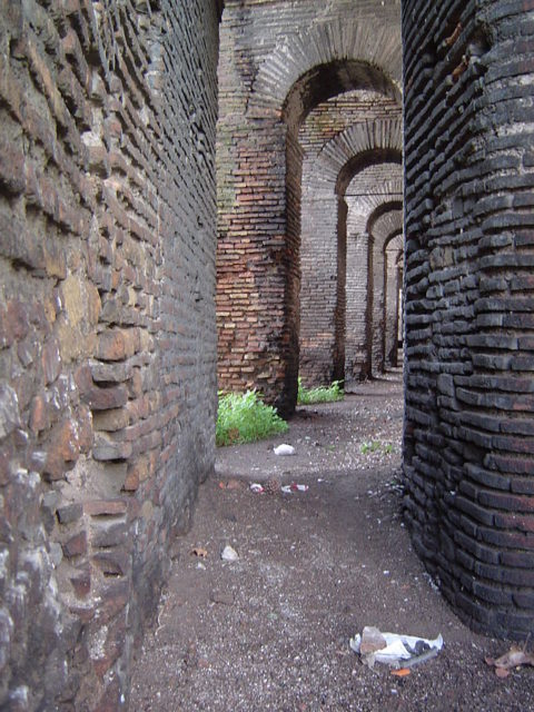 A passage that that stands close to Porta Metronia. Author: Joris –CC BY-SA 3.0