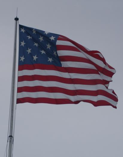A replica of the 15-star U.S. flag that once flew over the base. Author: Lorax – CC BY-SA 3.0