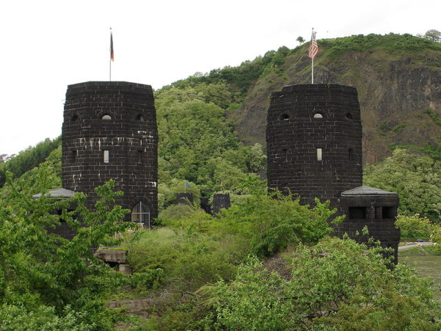 The two stone towers, 2006. Author:KnightLago –CC BY-SA 3.0