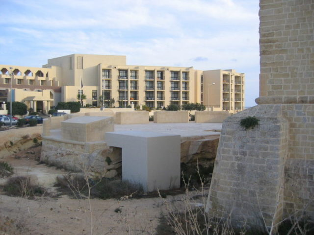 Ruins of the hotel with Saint Thomas Tower to the right, as seen in 2016 – Author: Continentaleurope – CC BY-SA 3.0