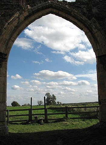 View through the east doorway of the gatehouse/ Author: Evelyn Simak – CC BY-SA 2.0