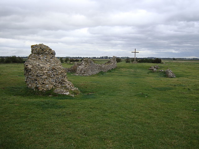 The remains of the church nave, looking toward the high altar and the modern oak cross/ Author: JohnArmagh – CC BY-SA 3.0