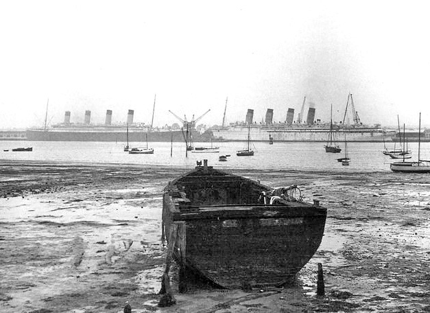 RMS Olympic (left) and RMS Mauretania (right).