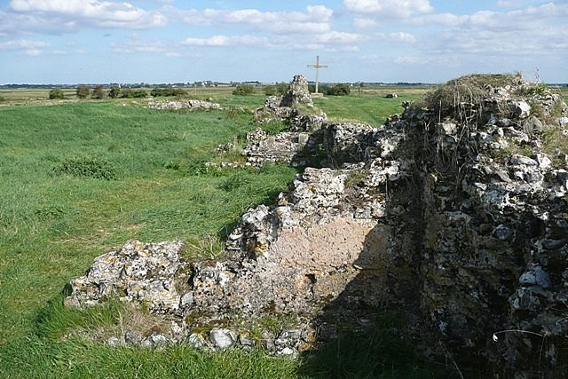 Sections of a wall behind the nave/ Author: Graham Horn – CC BY-SA 2.0