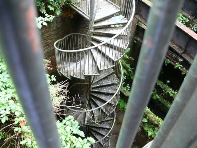 Stairs leading down the pit. Author: Ian Roberts – CC BY-SA 3.0