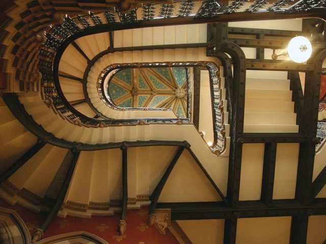 The Grand Staircase designed by George Gilbert Scott. Author: Superstevegs – CC BY-SA 3.0
