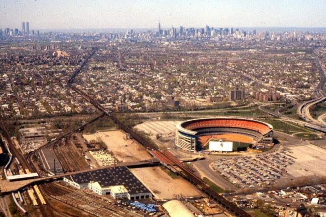 Shea Stadium and vicinity, with the Manhattan skyline in the distance, 1981 – Author: George Louis – CC BY-SA 3.0