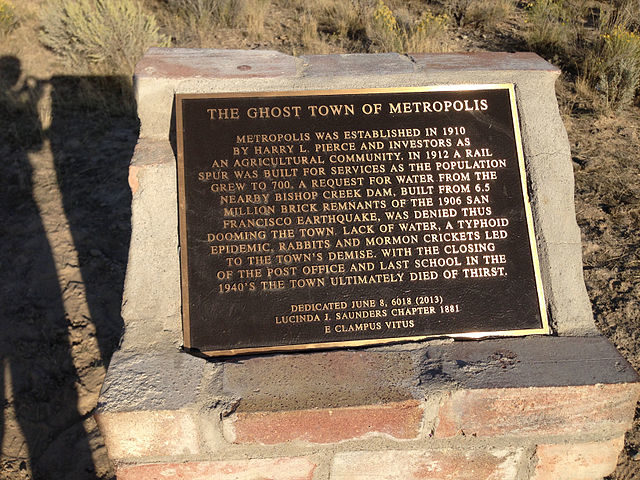 """The Ghost Town of Metropolis"" historical marker/ Author: Famartin – CC BY-SA 4.0"