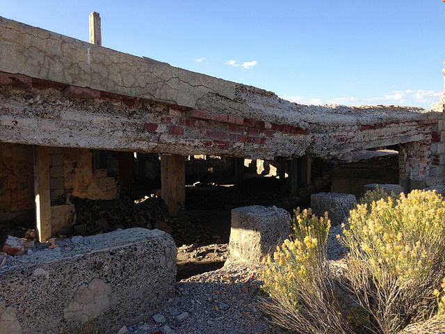 The collapsing roof of the basement of the school/ Author: Famartin – CC BY-SA 4.0