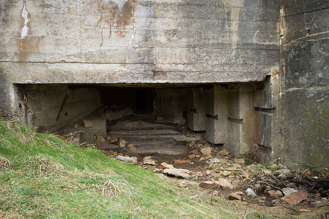 An embrasure in the bunker next to the MP3 tower/ Author: Danrok – CC BY-SA 3.0