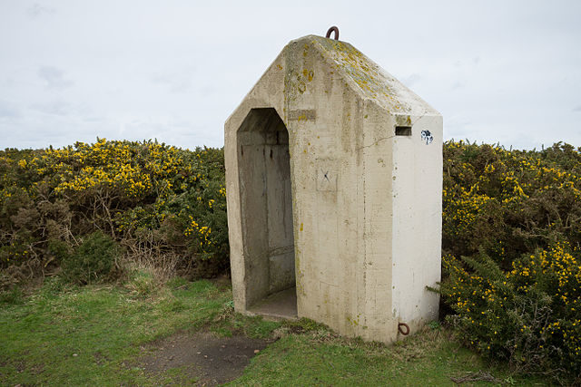A concrete sentry box with inscription 20.10.42, which probably informs of the day it was made/ Author: Danrok – CC BY-SA 3.0