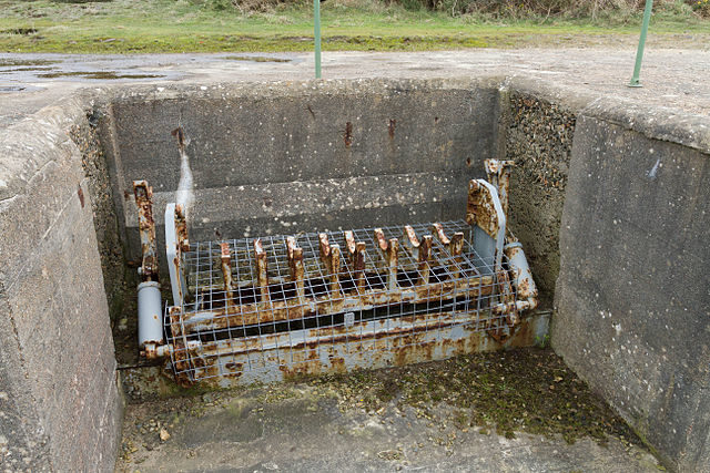 Mechanical lift within a gun emplacement. It raised shells from an underground storage room up to the gun/ Author: Danrok – CC BY-SA 3.0