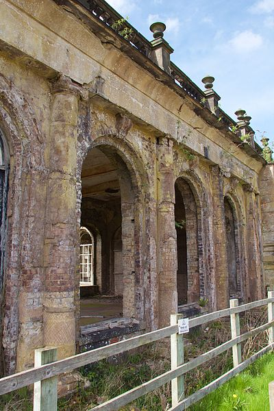 The Grade-II* listed portico is slowly crumbling. Author: Mike Peel –CC BY-SA 4.0