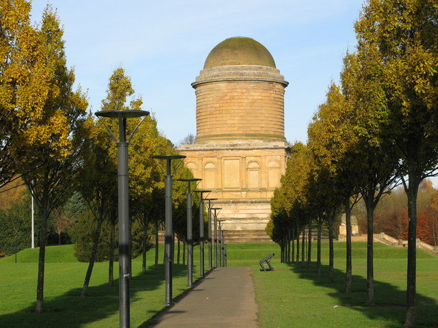 Avenue leading to the Hamilton Mausoleum. Author: G Laird – CC BY-SA 2.0