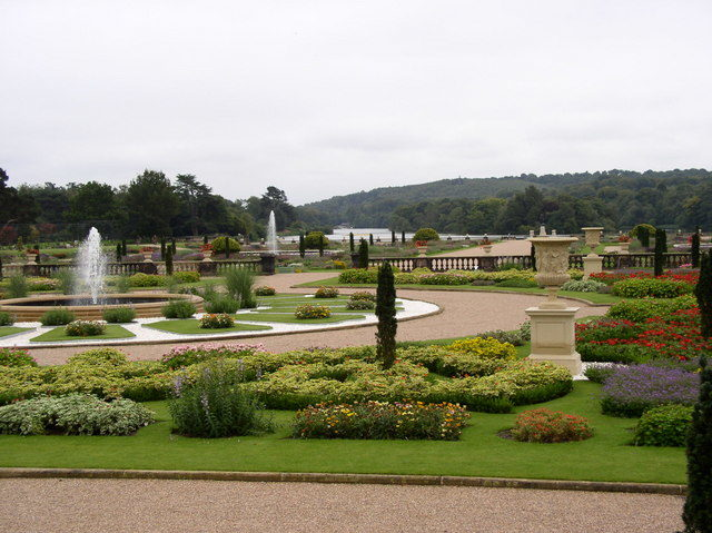 View of the modern Italian Gardens and lake, looking from the Grand Entrance. Author:Kevin Rushton –CC BY-SA 2.0