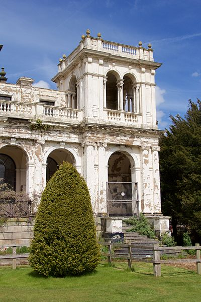 The Grand Entrance in 2015 – all that remains of the mansion. Author: Mike Peel –CC BY-SA 4.0