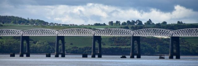 The Second Tay Bridge and the remnants of the old bridge's piers. Author: August Schwerdfeger – CC BY 4.0