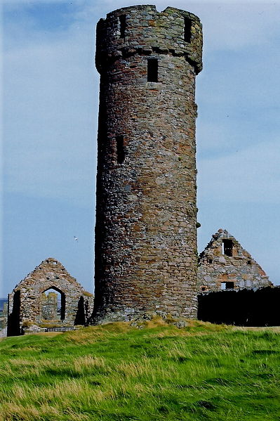 The 10th or 11th century Round Tower, Peel Castle. Author: Joseph Mischyshyn – CC BY-SA 2.0