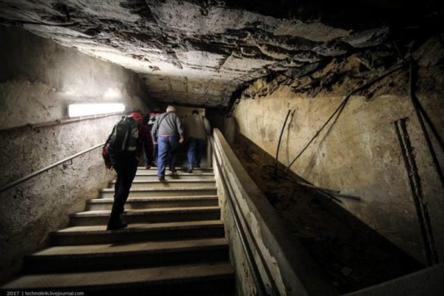 Staircase at the end of the western passageway. On the ceiling, traces of the explosion of the western entrance can still be seen ©technolirik