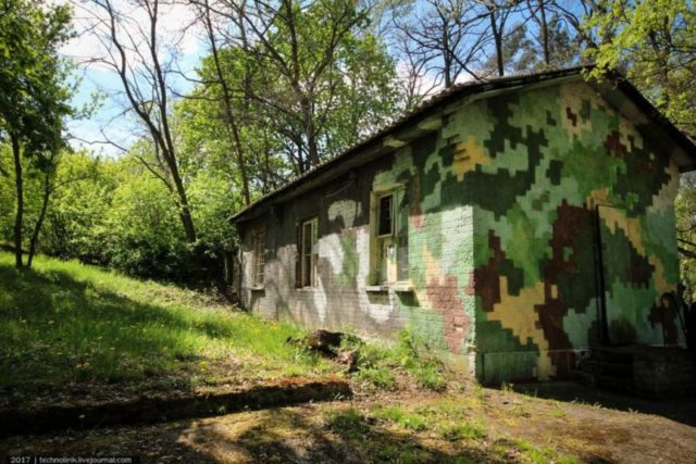 Soviet entrance to the bunker, disguised as an ordinary barracks building. The camouflage paint was most likely added after Soviet troops left ©technolirik