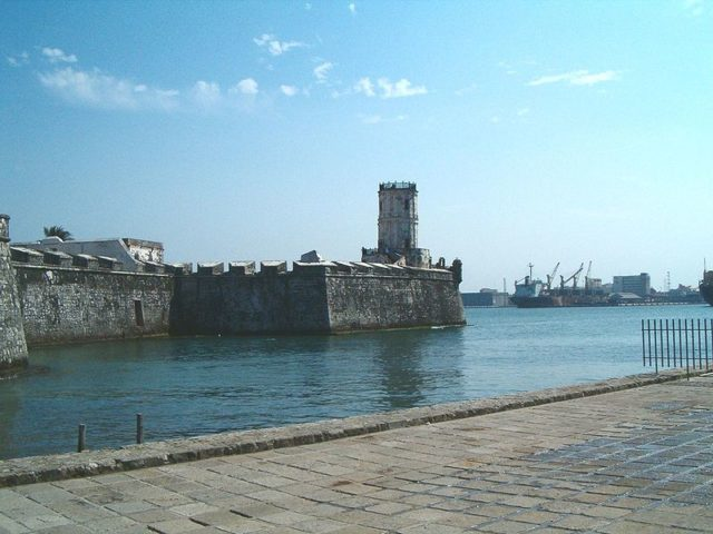 The fort keeps a close eye on the port of Veracruz. Author:  Cdennis