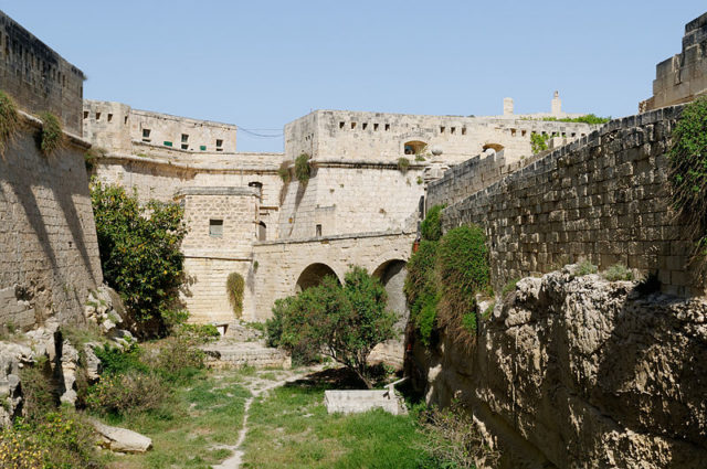 Part of the ancient walls of Valletta and the fort. Author: Marie-Lan Nguyen –CC BY 2.5