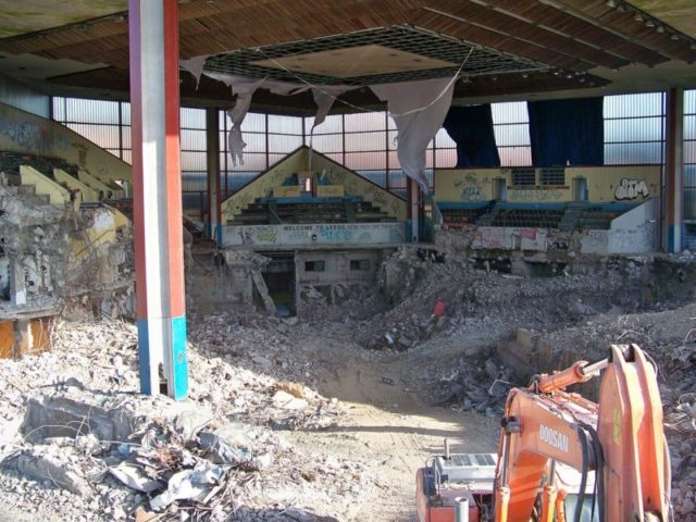 The interior of the buildings during demolition in October 2009. Author: Mtaylor848 – CC BY-SA 3.0