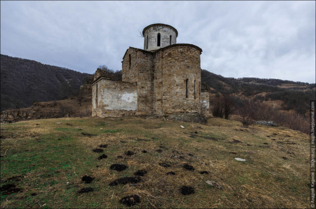 Semicircular apse on the eastern side of the church ©Andrey Kirnov
