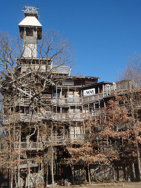 The Minister's Tree House in fall, built by one man out of scrap wood. Author: Joel Kramer – CC BY 2.0