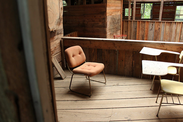 One of the many porches in Minister's Tree House in Crossville, TN. Author: Andy Melton – CC BY 2.0