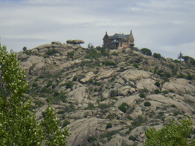 The enclave of the palace, on top of the mountain of the same name, at 3,300 ft altitude – the highest point of Torrelodones. Author: Esetena – CC BY 2.5