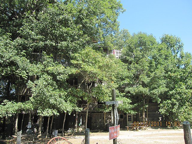 August, front of Horace Burgess's treehouse in Crossville, TN. Author: 1779Days – CC BY-SA 4.0