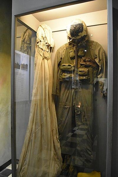 Flight suit of John McCain and his parachute. Author:Richard Mortel –CC BY 2.0