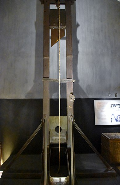 French guillotine used in the prison. Author:Richard Mortel –CC BY 2.0