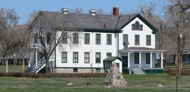 Photo of the headquarters at Fort Robinson. Author:Ammodramus –CC0