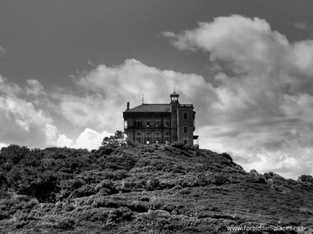 A black-and-white photo of the castle from outside ©Sylvain Margaine forbidden-places.net