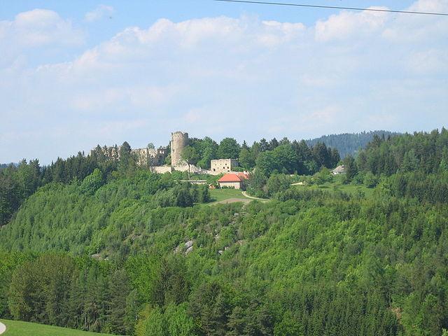 The castle and the surrounding area/ Author: Fr.Maximilian – CC BY-SA 2.0 de