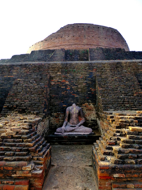 Most of the Buddha statues are decapitated/ Author: Anandajoti Bhikkhu – CC BY 2.0