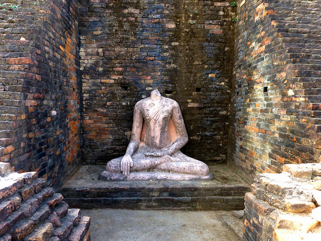 Buddha statue/ Author: Anandajoti Bhikkhu – CC BY 2.0