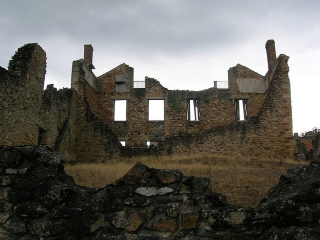 A heavily destroyed building. Author: TwoWings – CC BY 3.0
