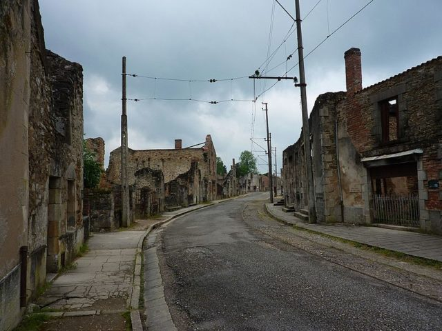 One of the village streets. Author: Adrian Farwell – CC BY 3.0
