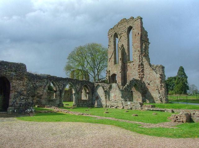 The ruins of the chapter house/ Author: Alun Salt CC BY-SA 2.0
