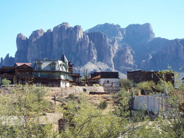 Goldfield and the Superstition Mountains. Author:Marine 69-71 –CC BY-SA 4.0