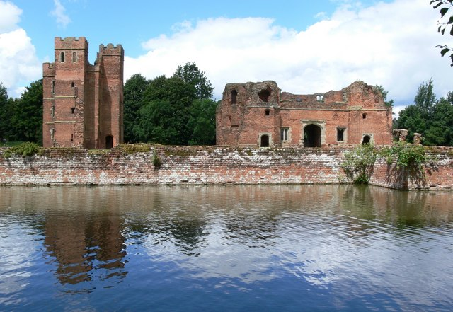 "The ruins are nestled on a rectangular ""island""/ Author: Mat Fascione – CC BY-SA 2.0"