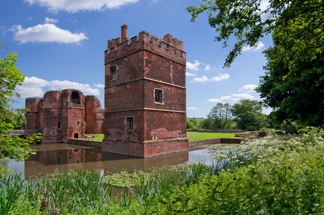 The west tower and the gatehouse/ Author: Bobrad – CC BY-SA 3.0