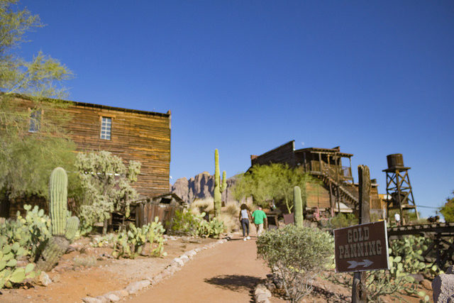 Part of Goldfield and its tourists alternative view. Author:J Etzel –CC BY 2.0