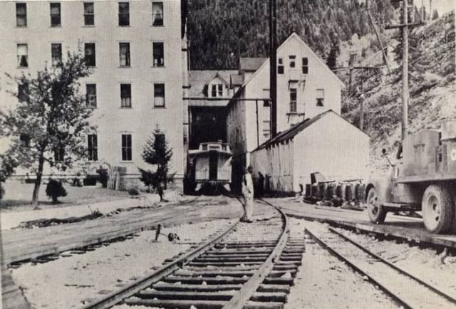 Train into the Tiger Hotel. Author:Unknown