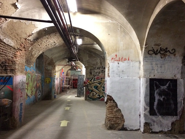 Empty abandoned halls, great spot for graffiti artists – Author: La Vie Sauvage – CC BY 2.0